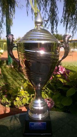 sul trofeo Ipertennis, che resterà al circolo, verranno incisi i nomi dei vincitori 2016